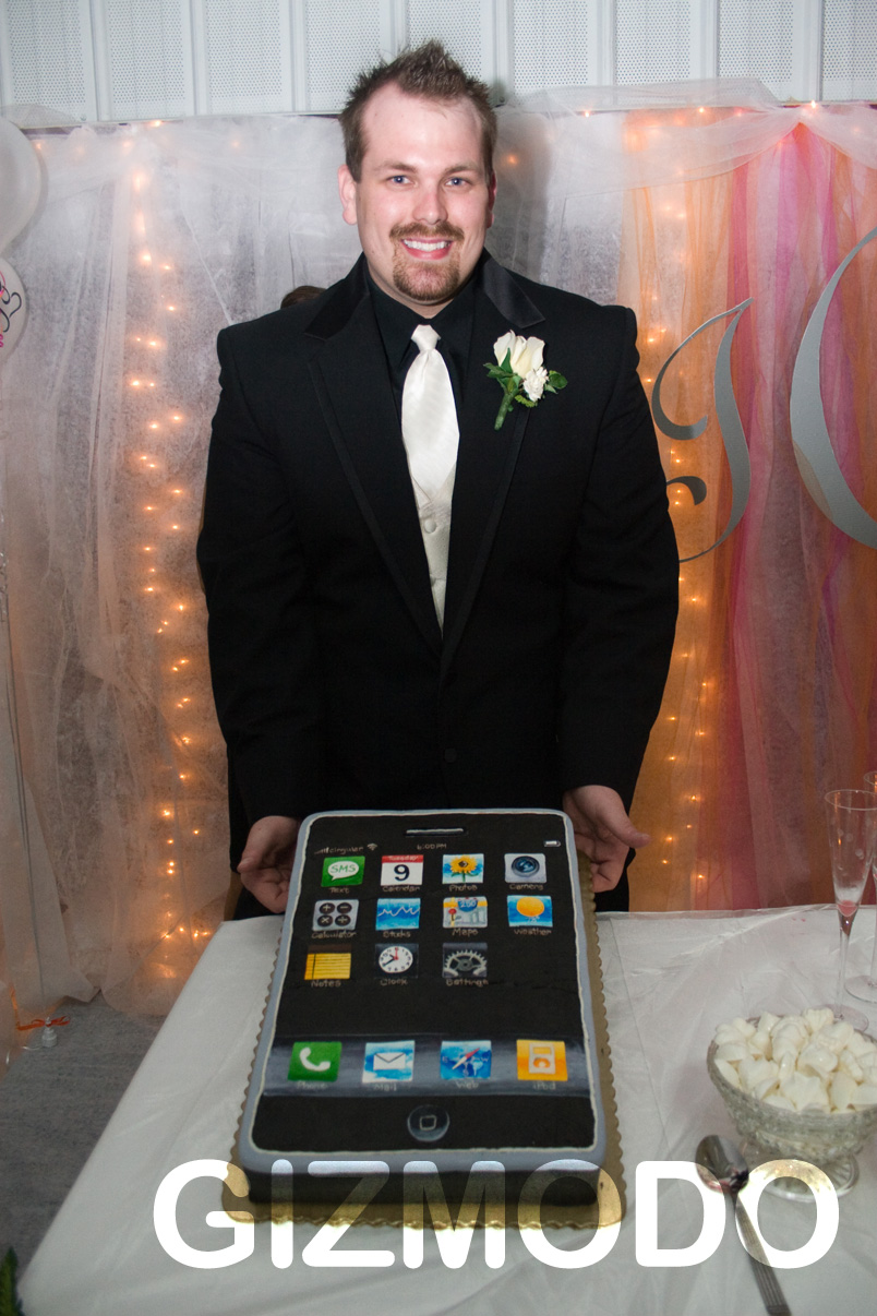 Real Apple fans have iPhone wedding cakes