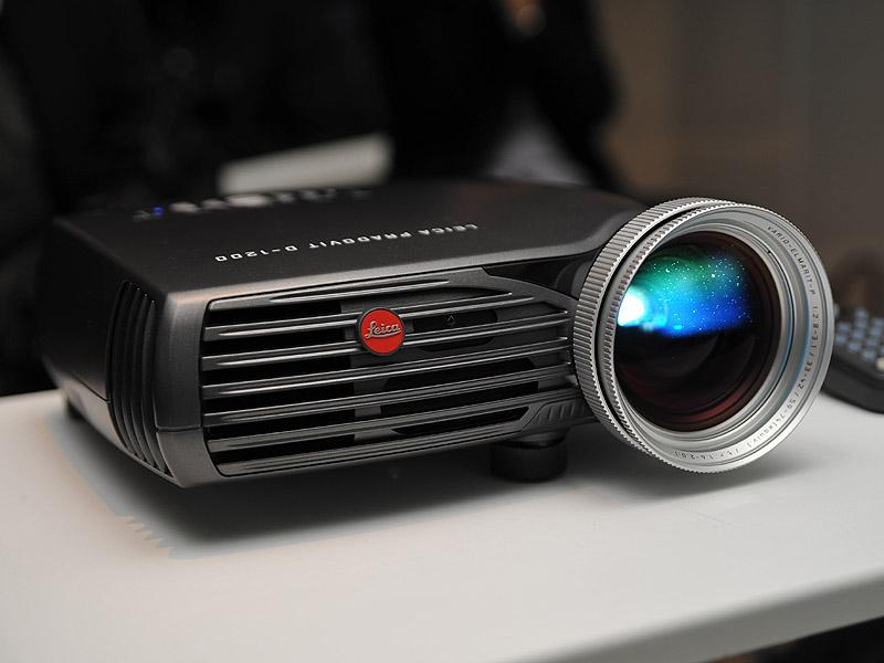 Leica debuts Pradovit D-1200 projector in Japan