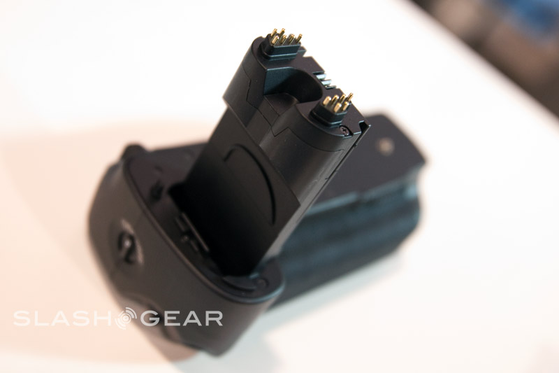PMA 2009 – Meika Digital Affordable Battery Grip for Canon 5D Mark II Hands-on