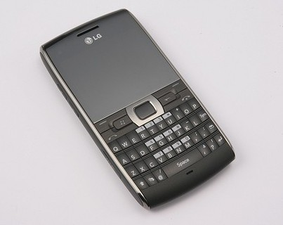 LG GW550 WM6.1 QWERTY smartphone with triband UMTS