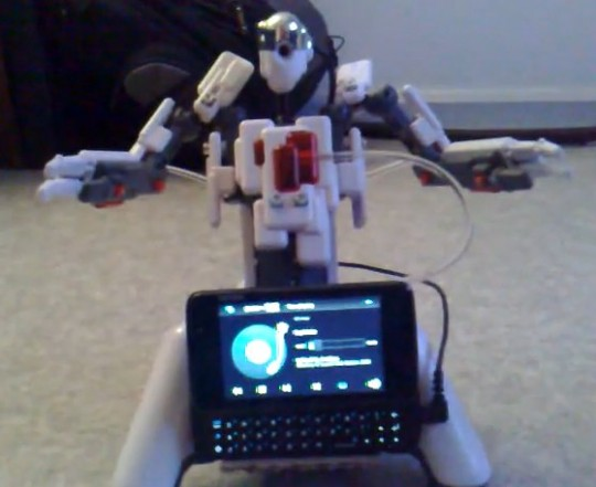 Nokia N900 controls Meccano robot [Video]