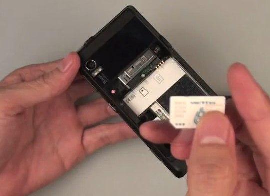 GSM Motorola DROID caught flaunting SIM on video