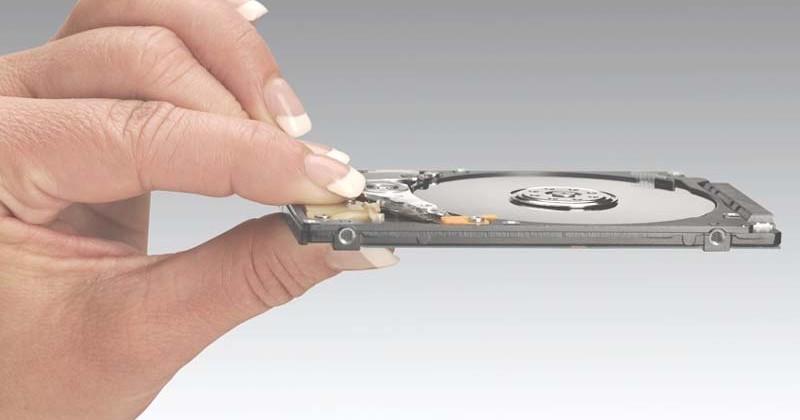 Hitachi Travelstar Z7K320 7mm-thick 320GB HDD slips out