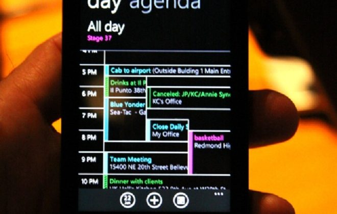 Samsung Omnia 7 Packs Windows Phone 7, Poses for Photo