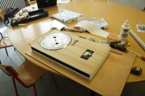 Turntable iPhone Dock puts iPhone into a record player