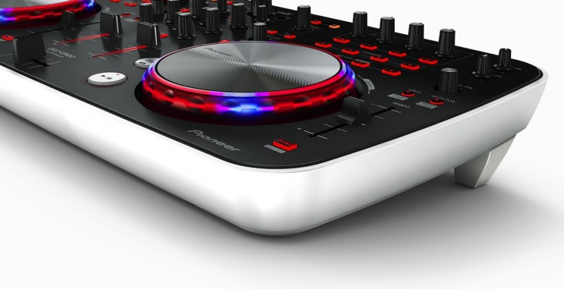 Pioneer DDJ-ERGO-V DJ controller makes your mix flashy