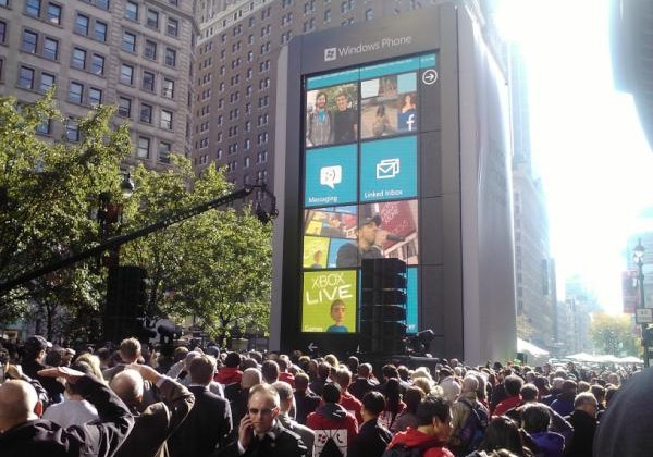 Windows Phone six stories tall appears in NYC [Videos]