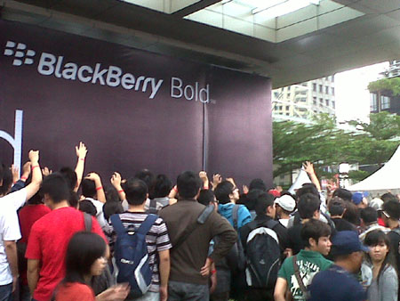 Blackberry Bold 9790 launch event in Indonesia results in injuries