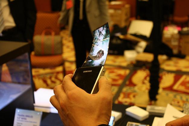 Samsung flexible OLED displays ordered in bulk