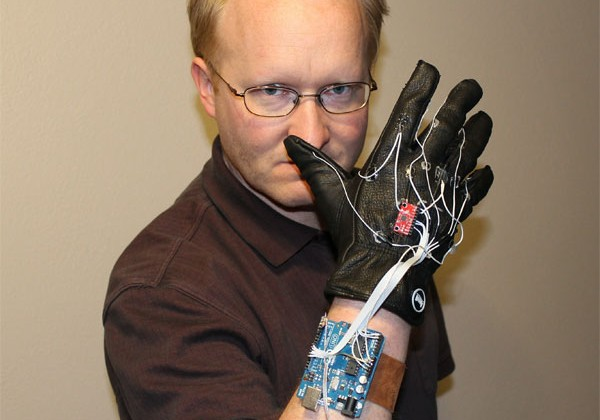 """Motion control """"Minority Report"""" power glove for Xbox 360 Kinect"""