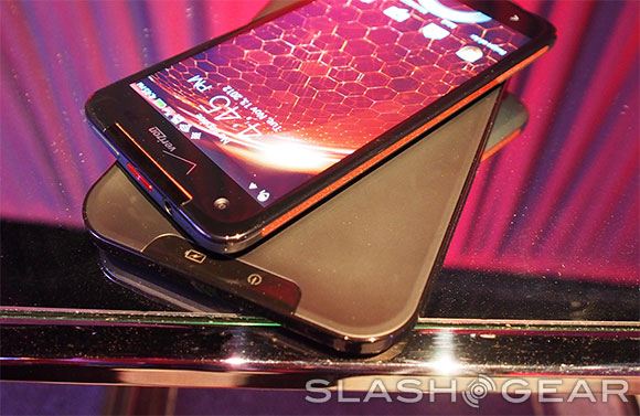 DROID DNA Wireless Charging Dock hands-on
