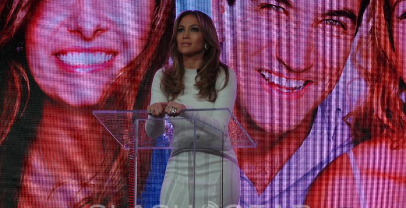 Verizon invites Jennifer Lopez on stage for Viva Movil team-up