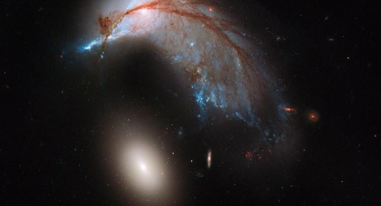 "Hubble images ""The Penguin"" galaxies colliding"