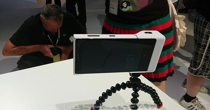 Nokia Lumia 1020 hands-on with camera grip and wireless charging case