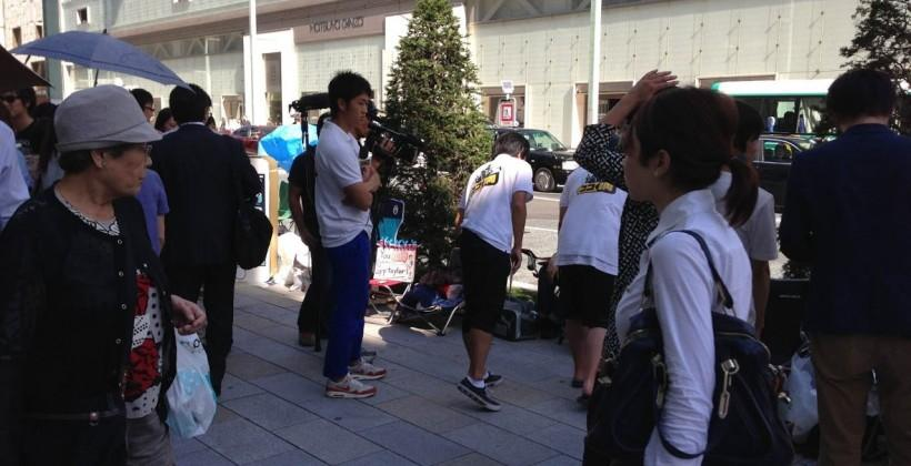 Japanese iPhone buyer lines up a week before release, others brave typhoon