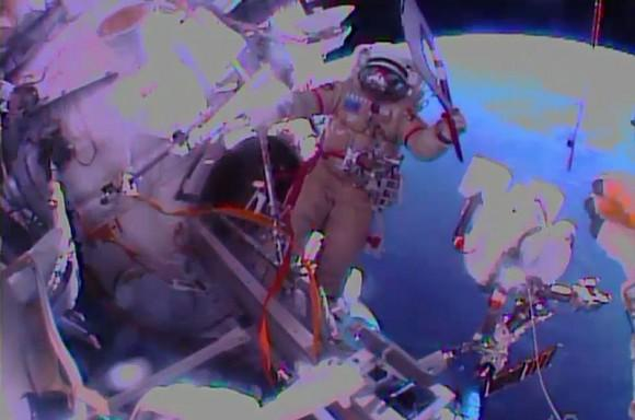 olympic-torch-spacewalk-cosmonaut (1)