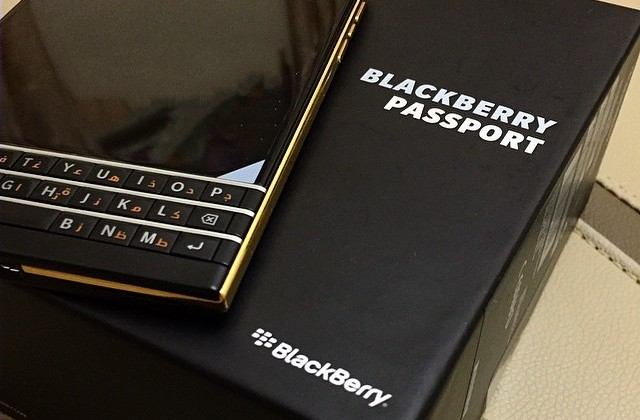BlackBerry Passport Gold Edition surfaces in images