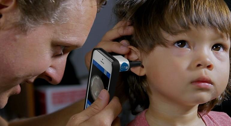 Oto HOME otoscope iPhone case makes ear exams mobile
