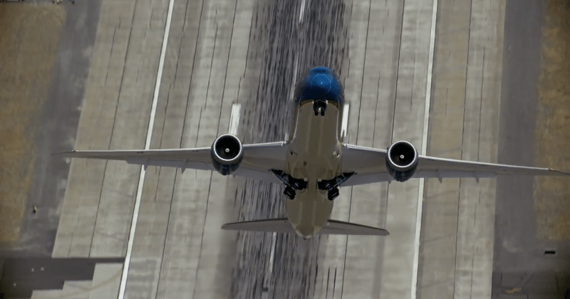 Boeing 787-9 tempts fate with vertical takeoff for Air Show