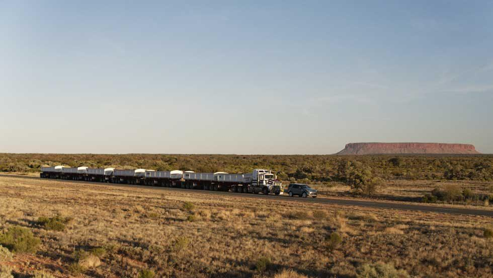 Land Rover Discovery hauls 110-ton Aussie road train across the Outback