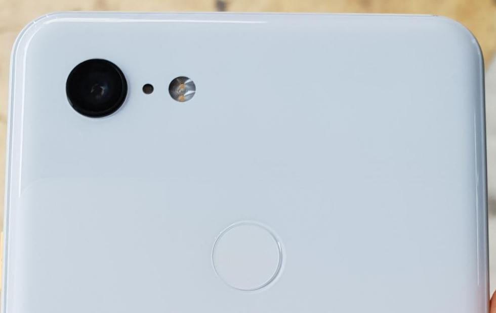 Pixel 3 XL Clearly White is very white, has a big chin