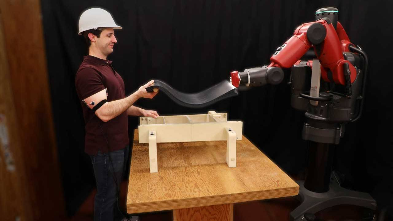 MIT robot helps you lift by watching your arm muscles