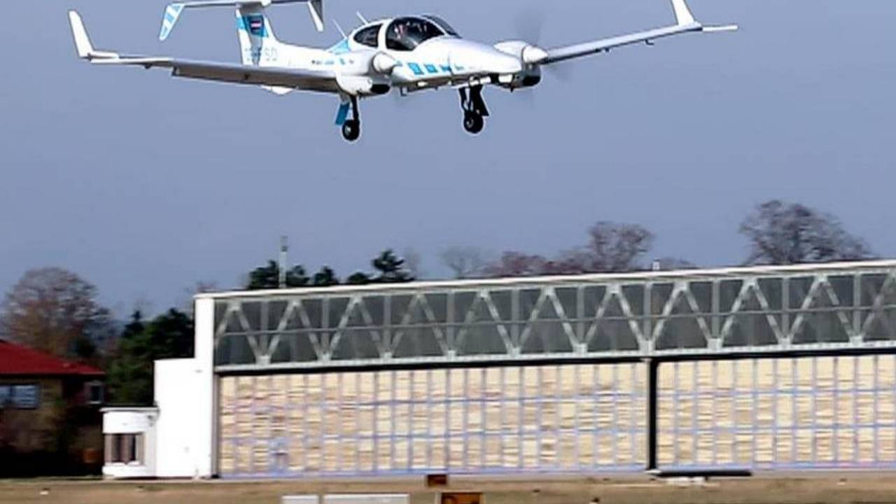 Automatic plane landing made possible without ground-based systems