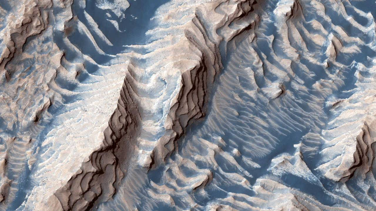 NASA's new Mars image shows sandy 'steps' in a big impact crater