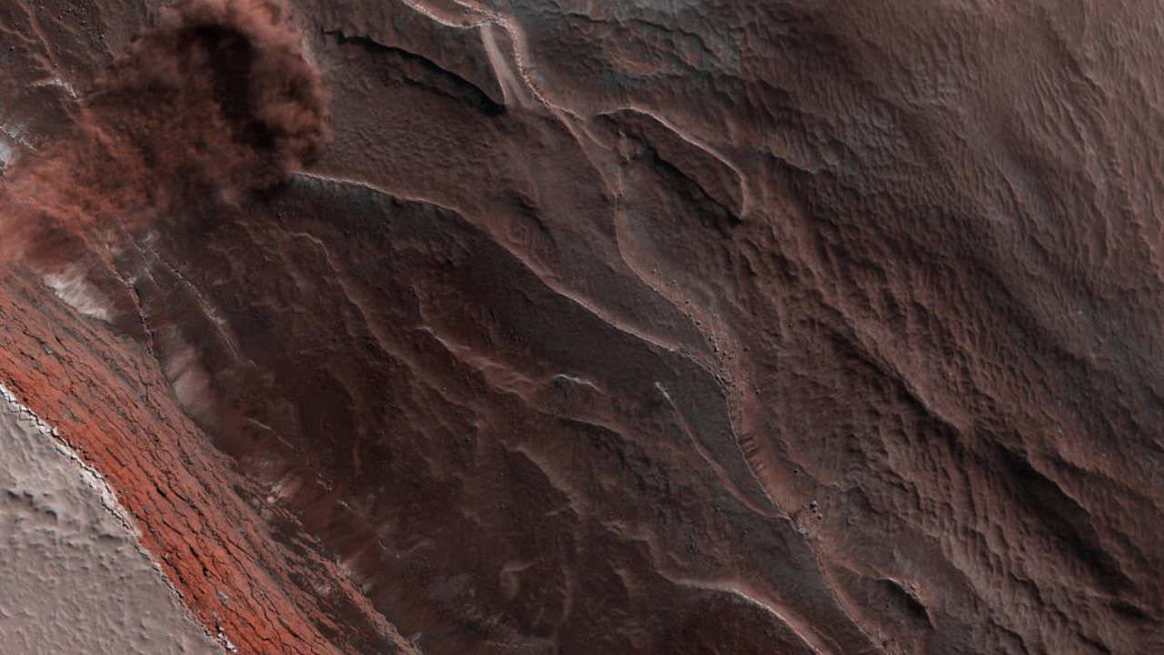 NASA snaps photo of a violent icy avalanche on Mars