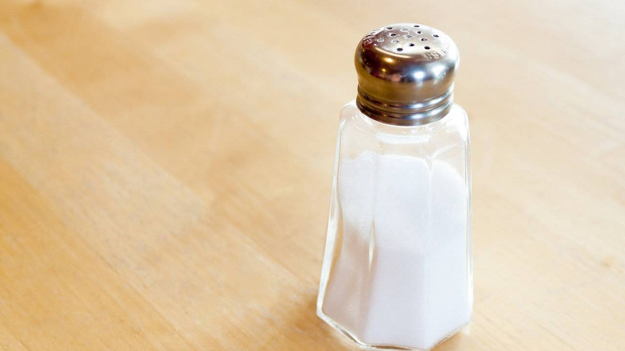 Health experts call for cigarette-style health warnings on salt shakers