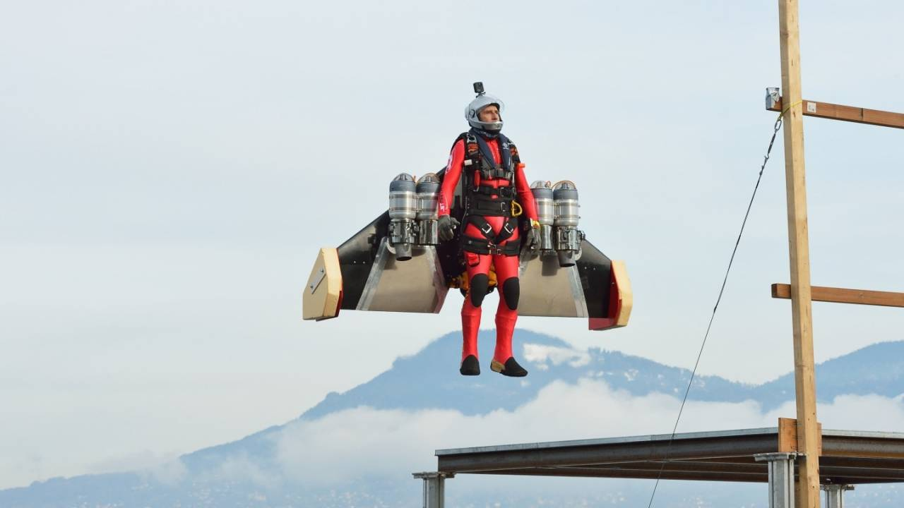 Jetman Yves Rossy vertical take-off looks almost too relaxing