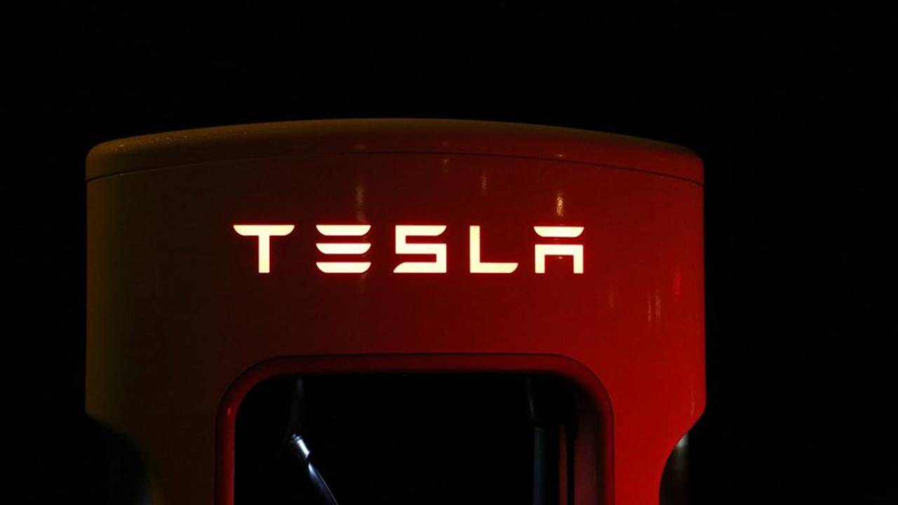 "Tesla denies ""unintended acceleration"" flaw: Blames an old enemy"
