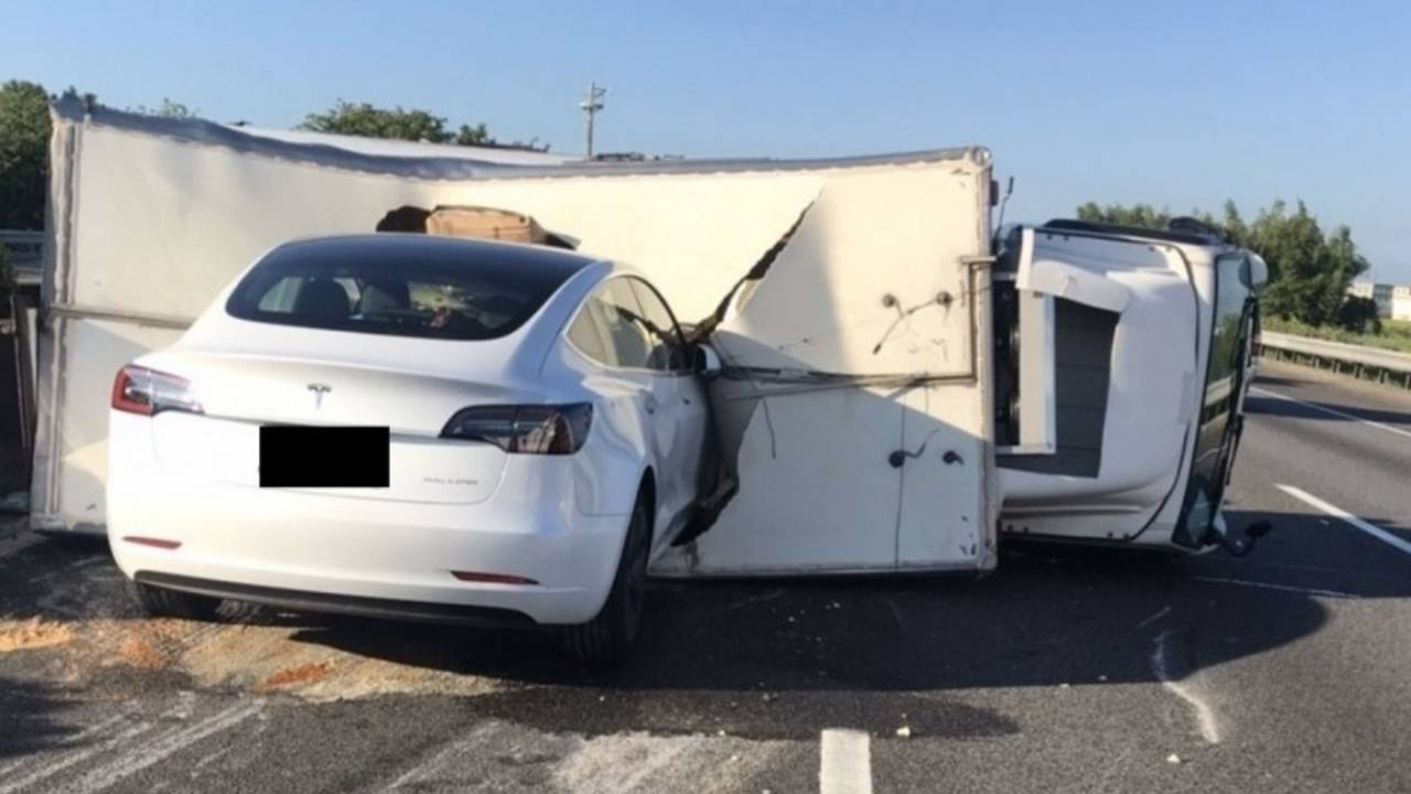 Tesla autopilot fails to avoid overturned truck, crashes despite brakes