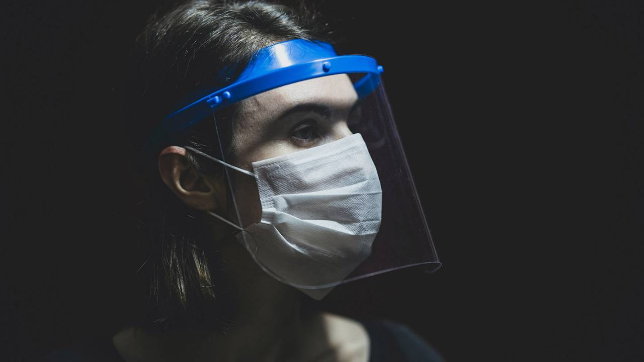 Study reveals a good reason to wear face masks instead of shields