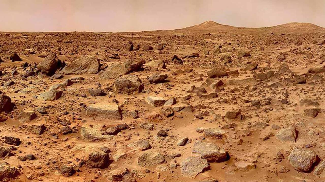 NASA digs up old Mars photo to highlight twin peaks hiding in plain sight