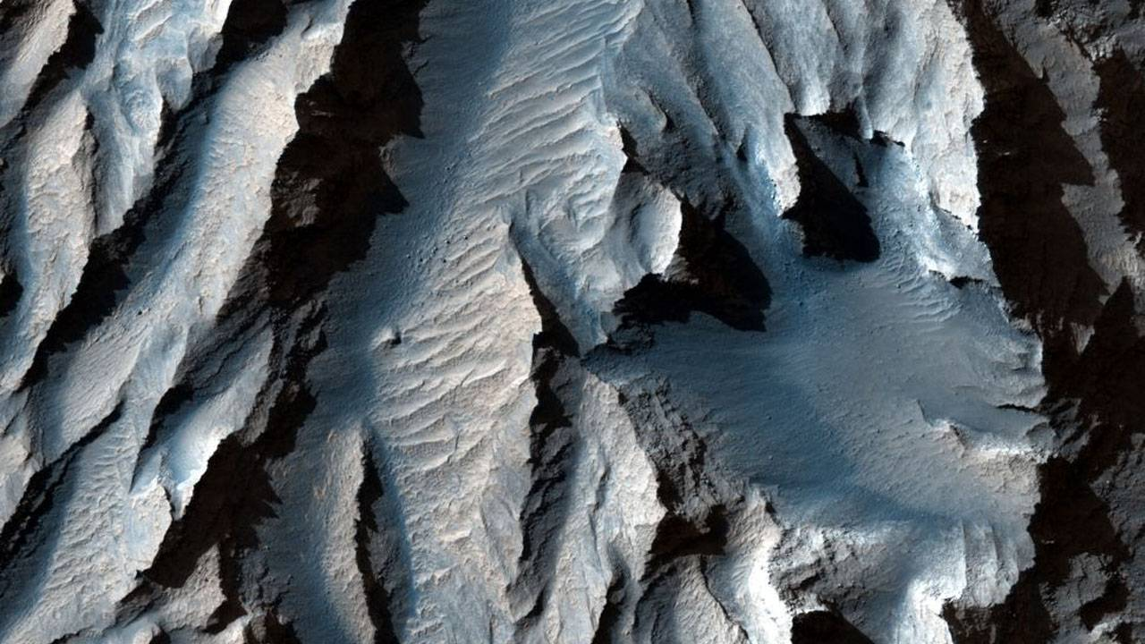 NASA shows off new images of massive Martian canyon