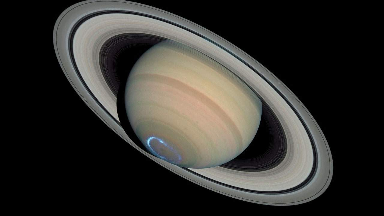 Hubble watches the seasons change on Saturn
