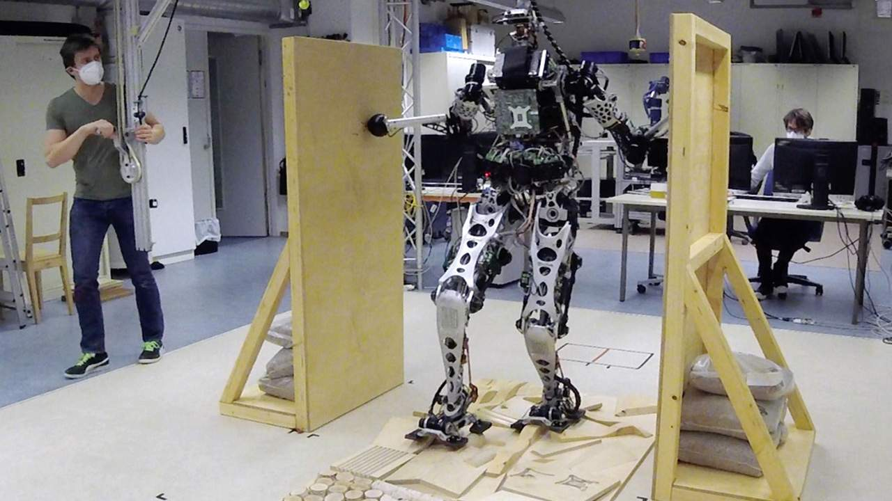 Robots are learning to move using multi-contact locomotion