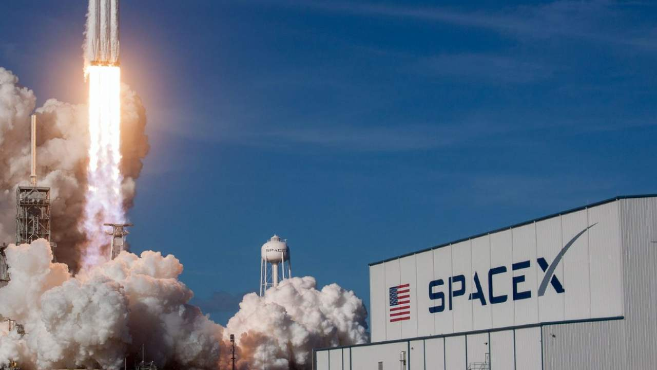 NASA pauses SpaceX lunar lander contract amid competitor outcry