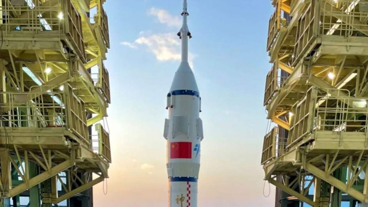 Chinese Long March 2F rocket is now on the launchpad