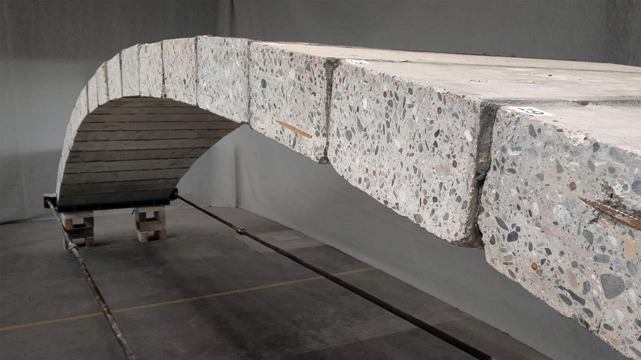 Concrete footbridge built with concrete from a renovated building